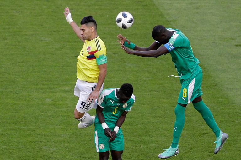 Falcao de Colombia pelea la pelota