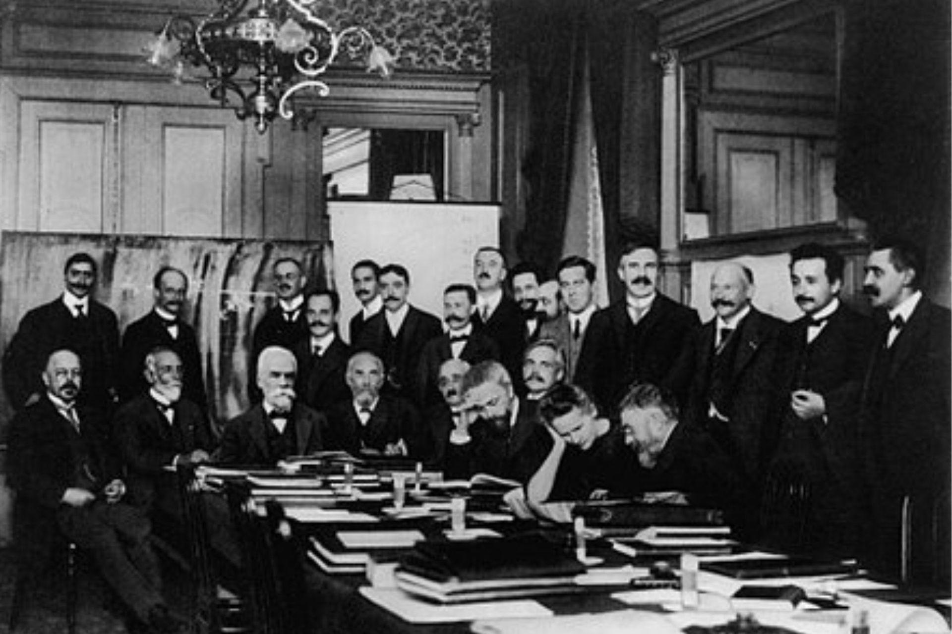 Marie fue la única mujer en el primer congreso Solvay, celebrado en 1911. También estuvieron su amigo Einstein y su amante Langevin.