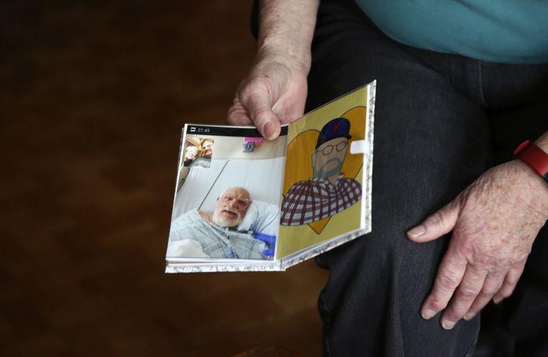 Peg Walter sostiene una fotografía y un retrato de su difunto esposo