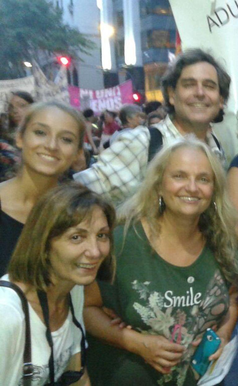 Jazmín, su mamá y Sebastián en la marcha por el Día de la Mujer