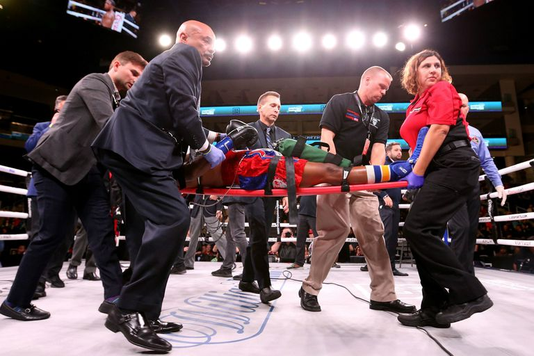 Patrick Day es llevado desde el ring tras ser noqueado el sábado pasado: falleció cuatro días después