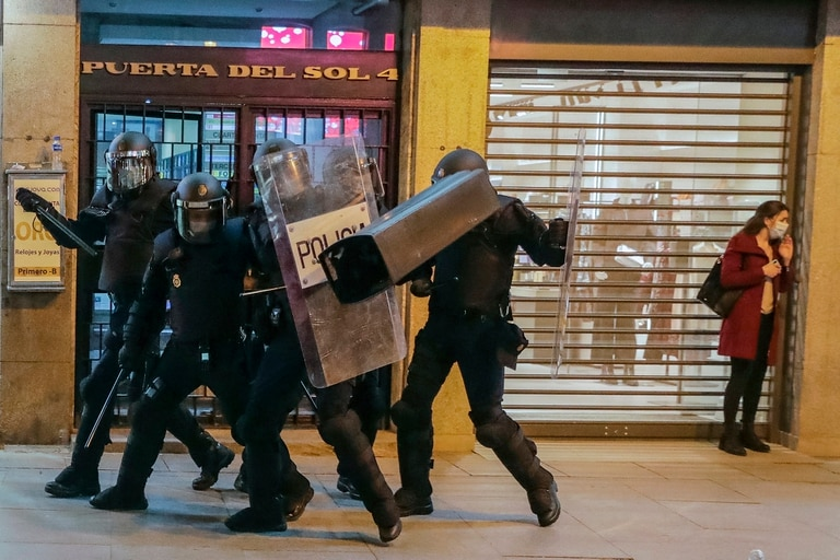 La policía reprime en las protestas por la detención del rapero español Pablo Hasel