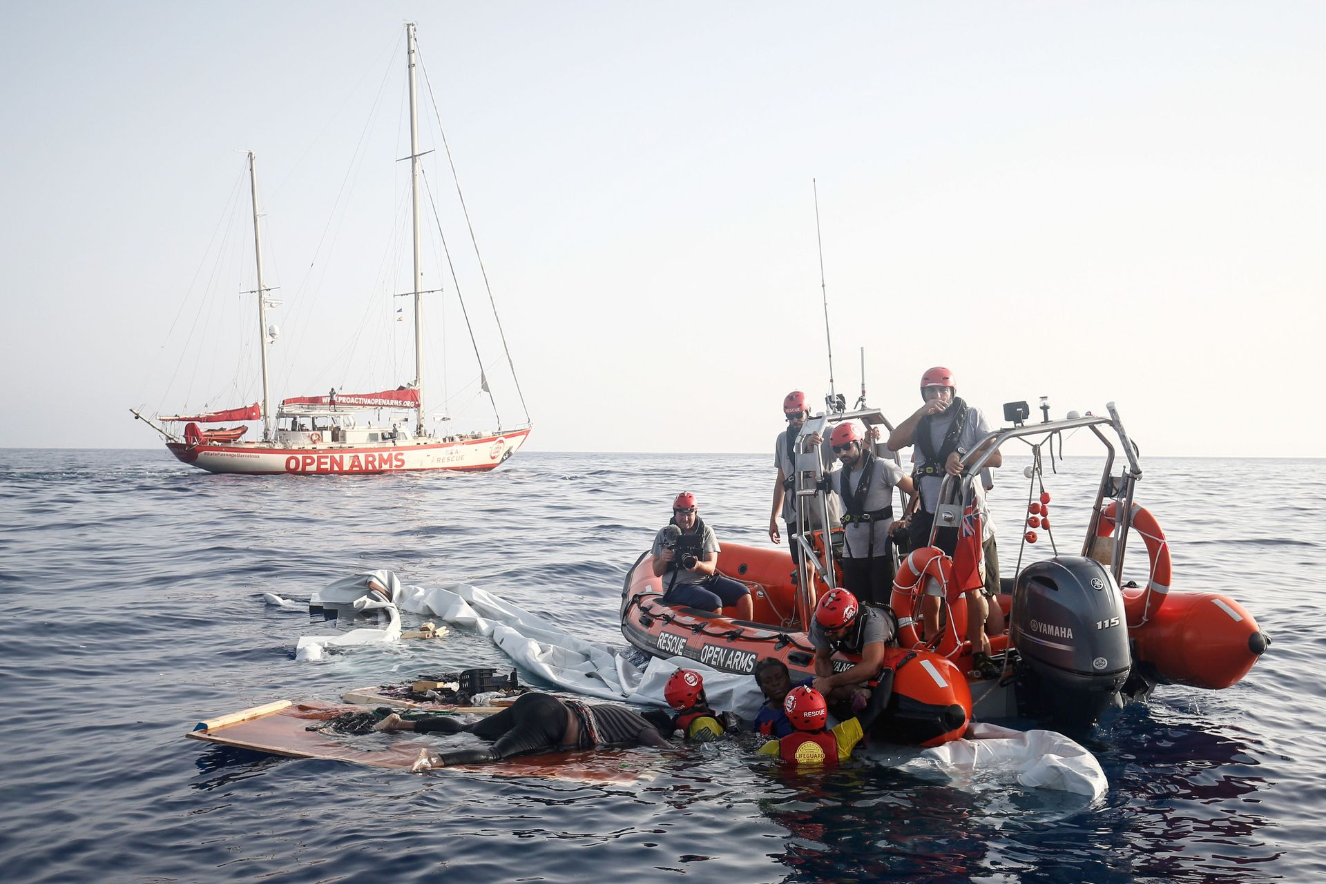 Miembros de la ONG al encontrar la embarcación colapsada. En la misma yacen algunos cuerpos