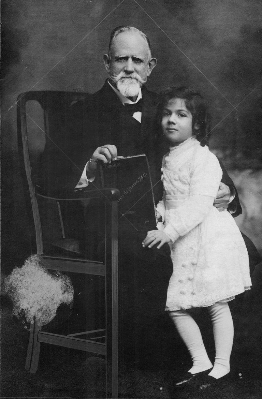 Pastor Servando Obligado y su nieta.