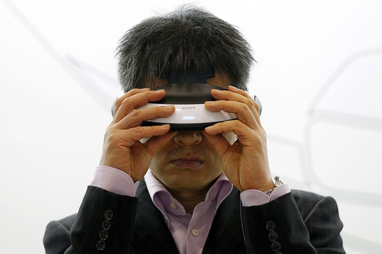 Con un diseño que rememora los primeros intentos de realidad virtual en los 90, el dispositivo de Sony busca posicionarse como una alternativa en la próxima generación de videojuegos