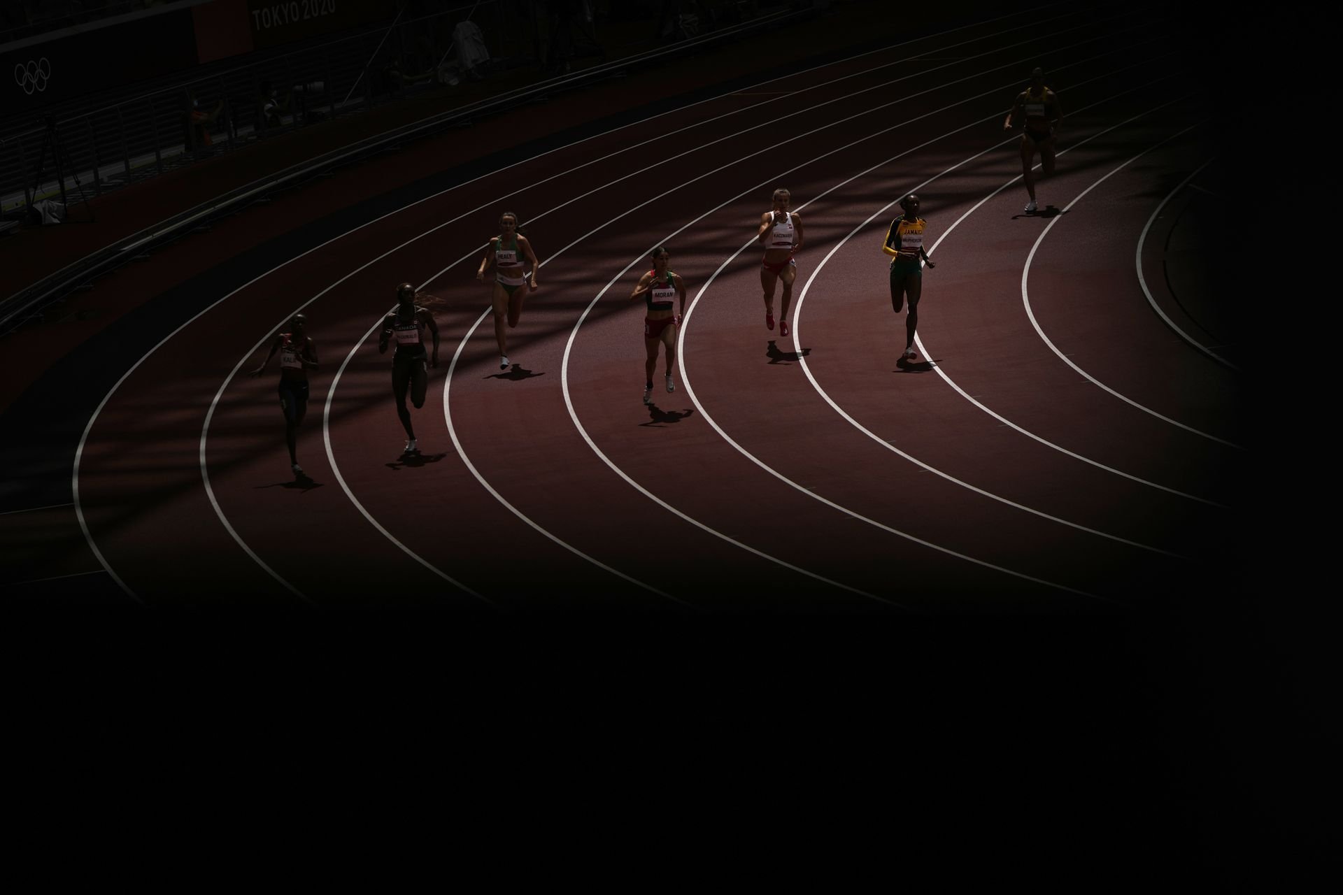Los atletas compiten en su serie de 400 metros femeninos.