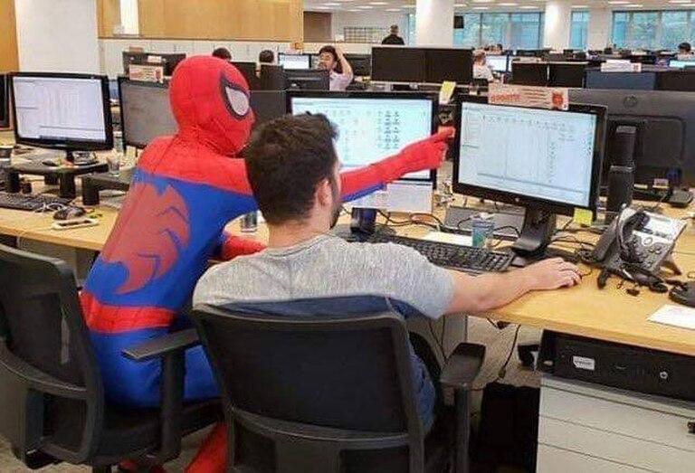 Como hubiera hecho el superhéroe de Marvel, el hombre asistió a sus colegas cuando precisaron ayuda.