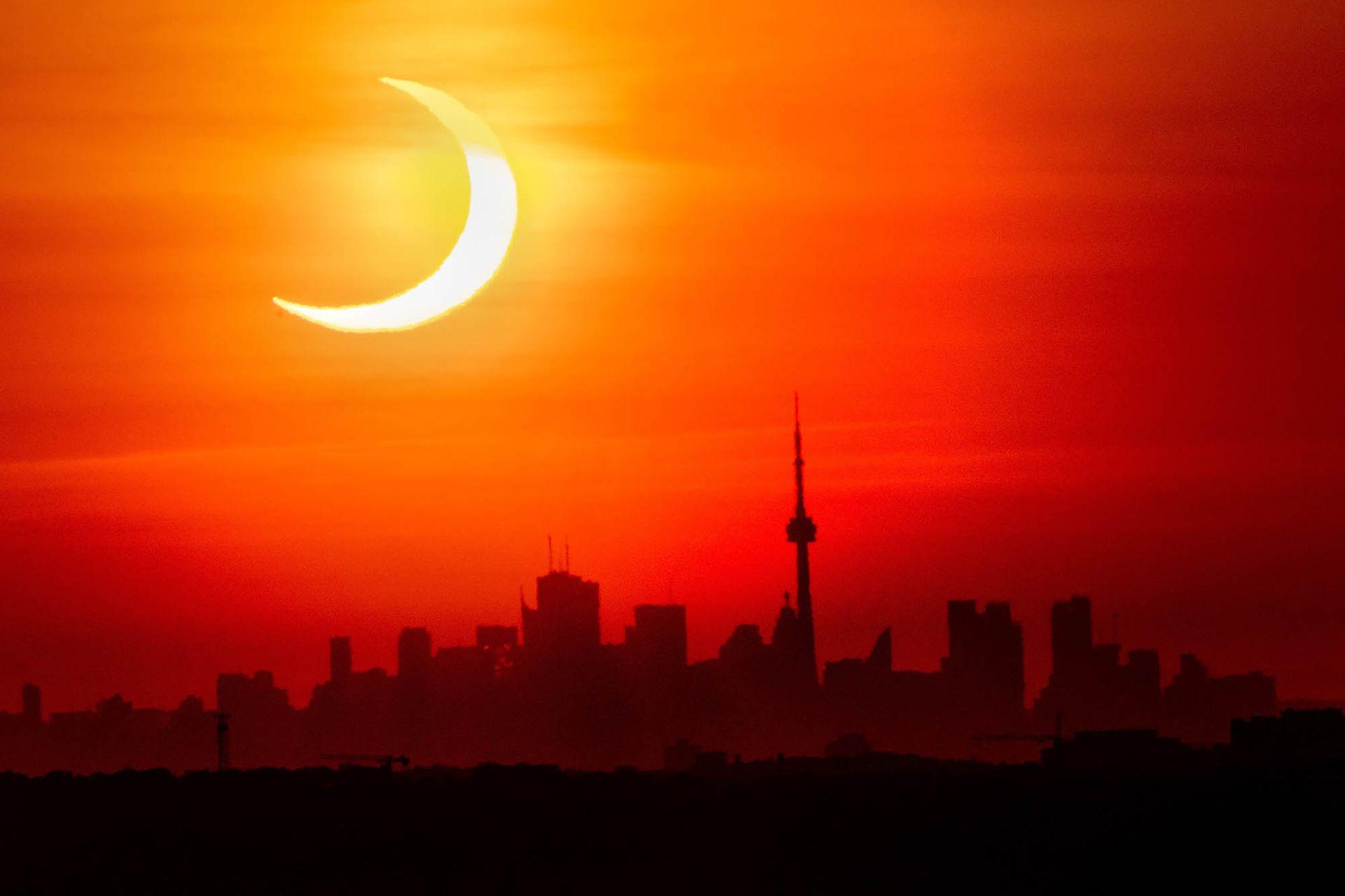 Un espectáculo reservado para los pocos habitantes de las latitudes más altas, que se encuentran justo en el eje: noroeste de Canadá, extremo norte de Rusia, noroeste de Groenlandia y Polo Norte, donde la ocultación del disco solar será de 87,8%, precisó el Observatorio de Paris-PSL.