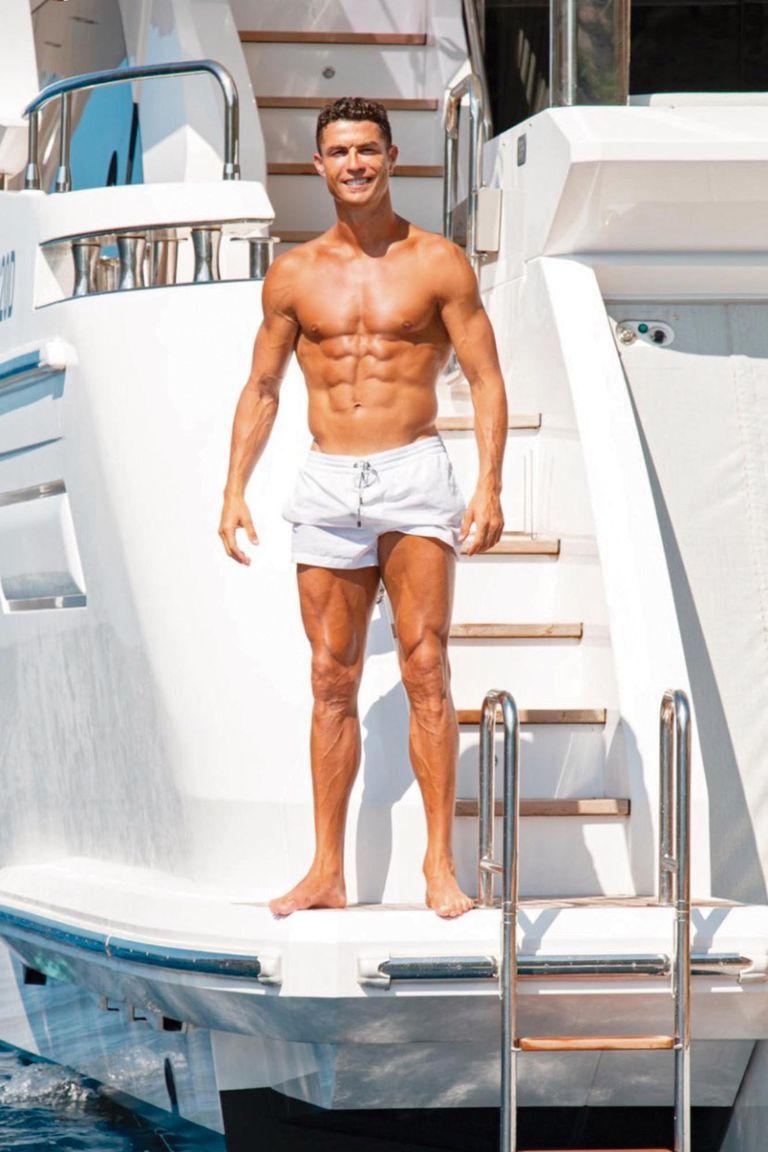 Cristiano posa bajo el sol del Mediterráneo y hace gala de sus abdominales marcados.