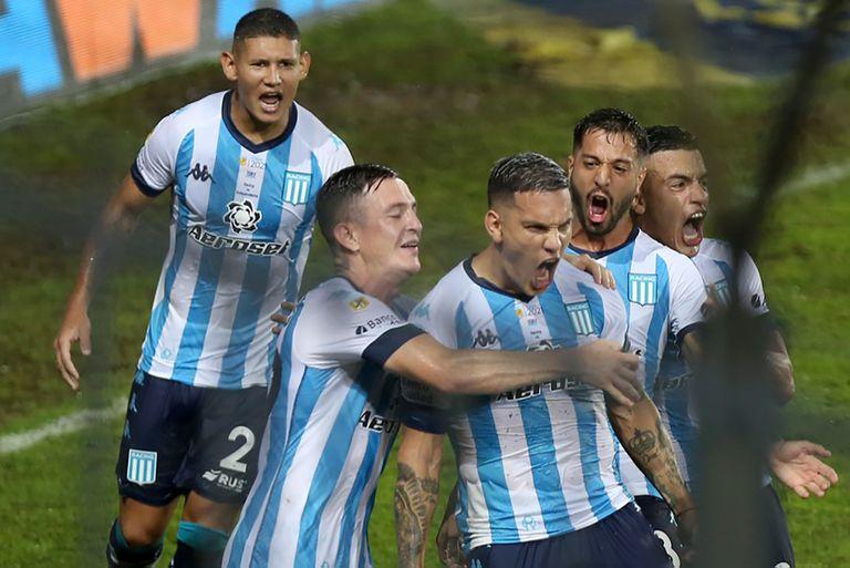 Copetti, autor del gol de penal, encabeza el festejo de Racing tras vencer por 1-0 a Independiente