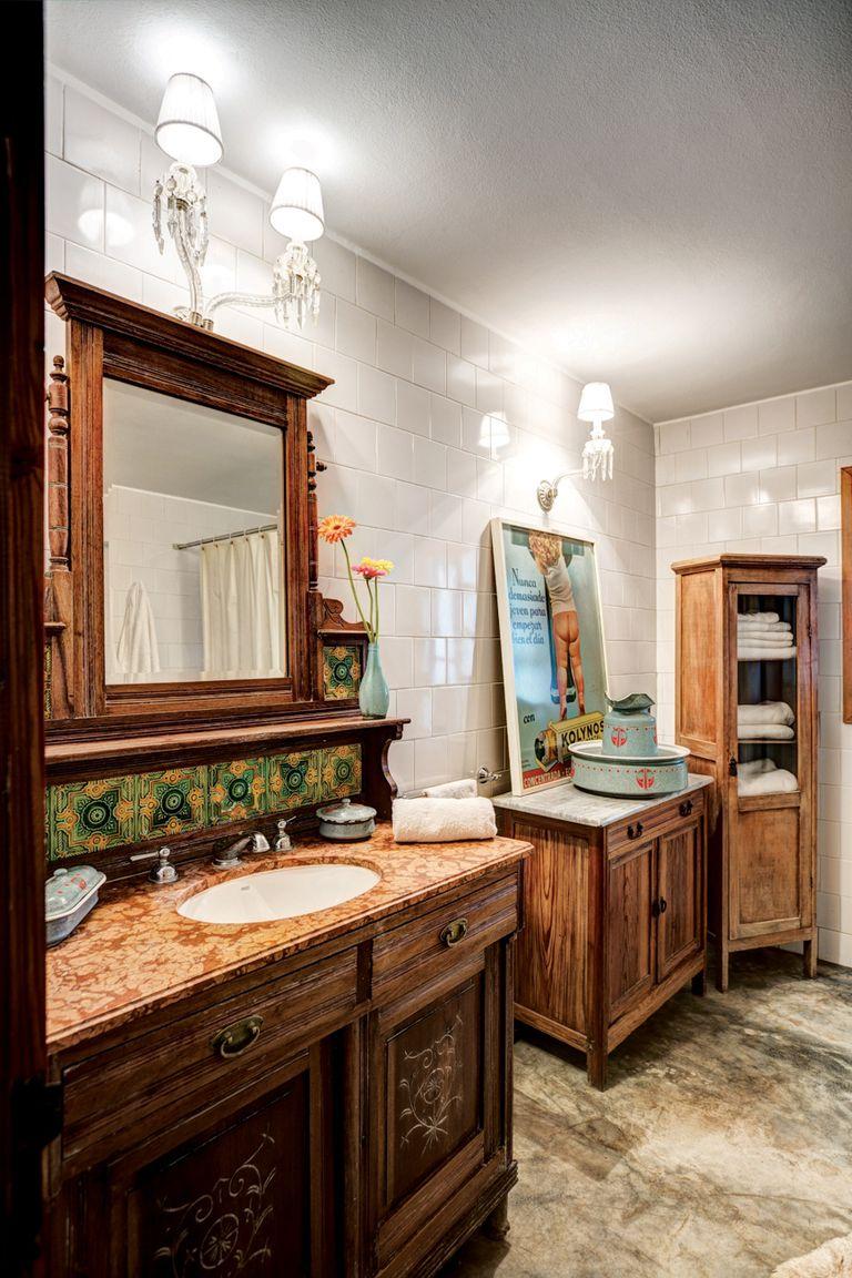 """El primer mueble que Dotto compró para su casa en Entre Ríos fue el aparador que """"preside"""" el baño principal. """"Apenas comenzó la obra, empecé a visitar casas de antigüedades y hacerme de cosas que me parecían coherentes con el estilo de una casa de campo"""", confía Pancho, que se define como un esteta"""