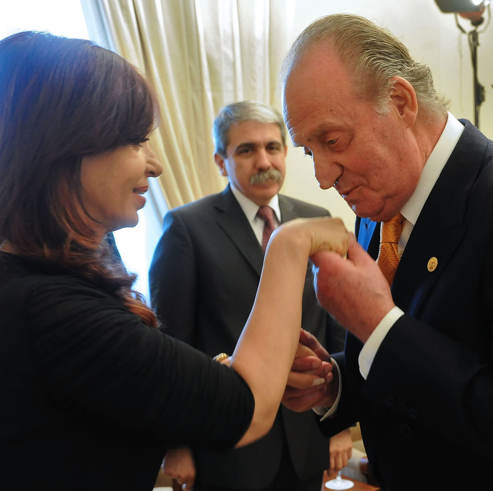 Cristina Fernández de Kirchner receives the greeting of King Juan Carlos; It was in the middle of the first denunciations against Ricardo Jaime that spilled the bilateral relations between Argentina and Spain
