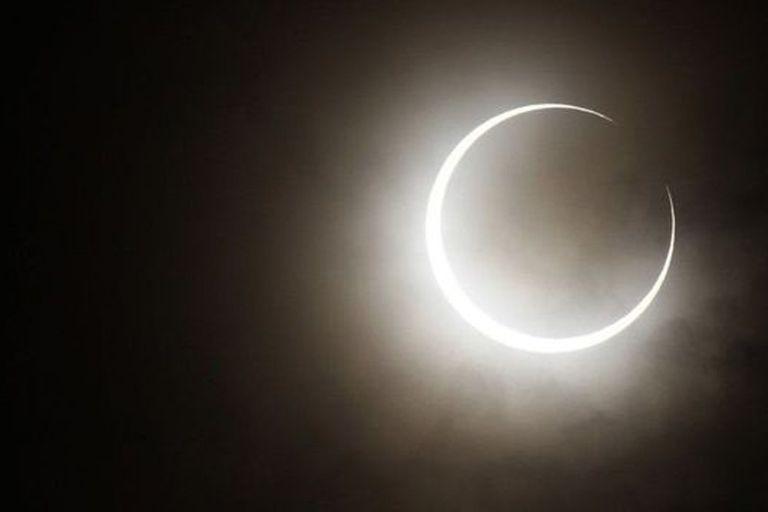 En un eclipse anular la Luna no alcanza a cubrir completo el Sol, sino que deja un anillo de luz, como en la foto