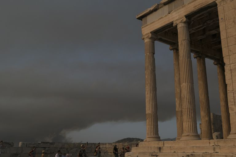 El humo provocado por los incendios desde la Acrópolis de Atenas (AP Photo/Aggelos Barai)