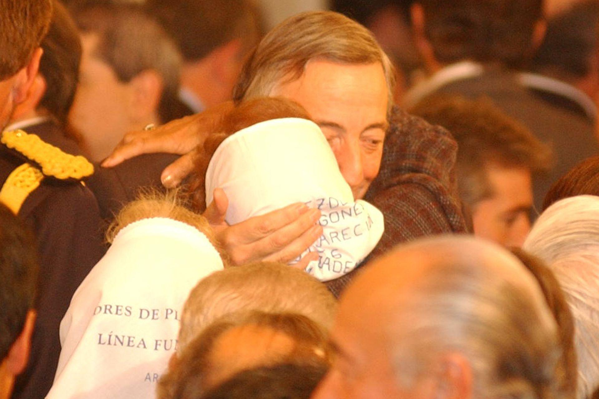 Néstor Kirchner abrazando a representantes de Madres de Plaza de Mayo en 2004