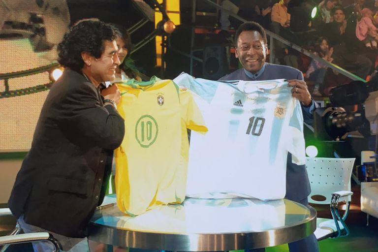 Maradona y Pelé con las camisetas de las selección brasileña y argentina, respectivamente