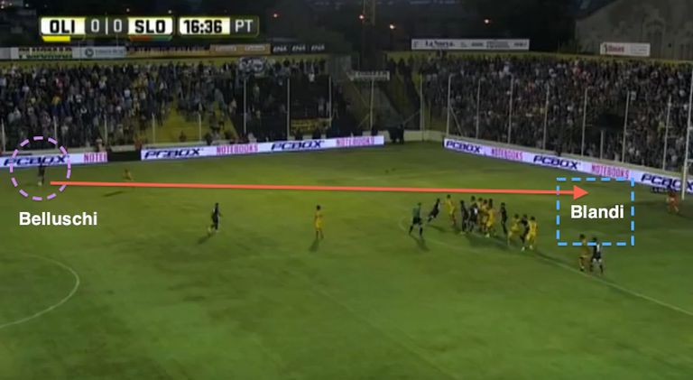 De pelota parada: tiro libre frontal y gol de Blandi a Olimpo
