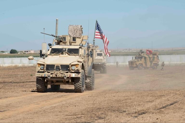 Las fuerzas militares estadounidenses y turcas realizan una patrulla conjunta dentro del área del mecanismo de seguridad en el noreste de Siria