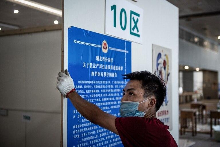 Así desmantelan el primer hospital de campaña construido en Wuhan