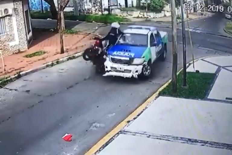 Un delincuente murió tras chocar contra un patrullero en una moto robada