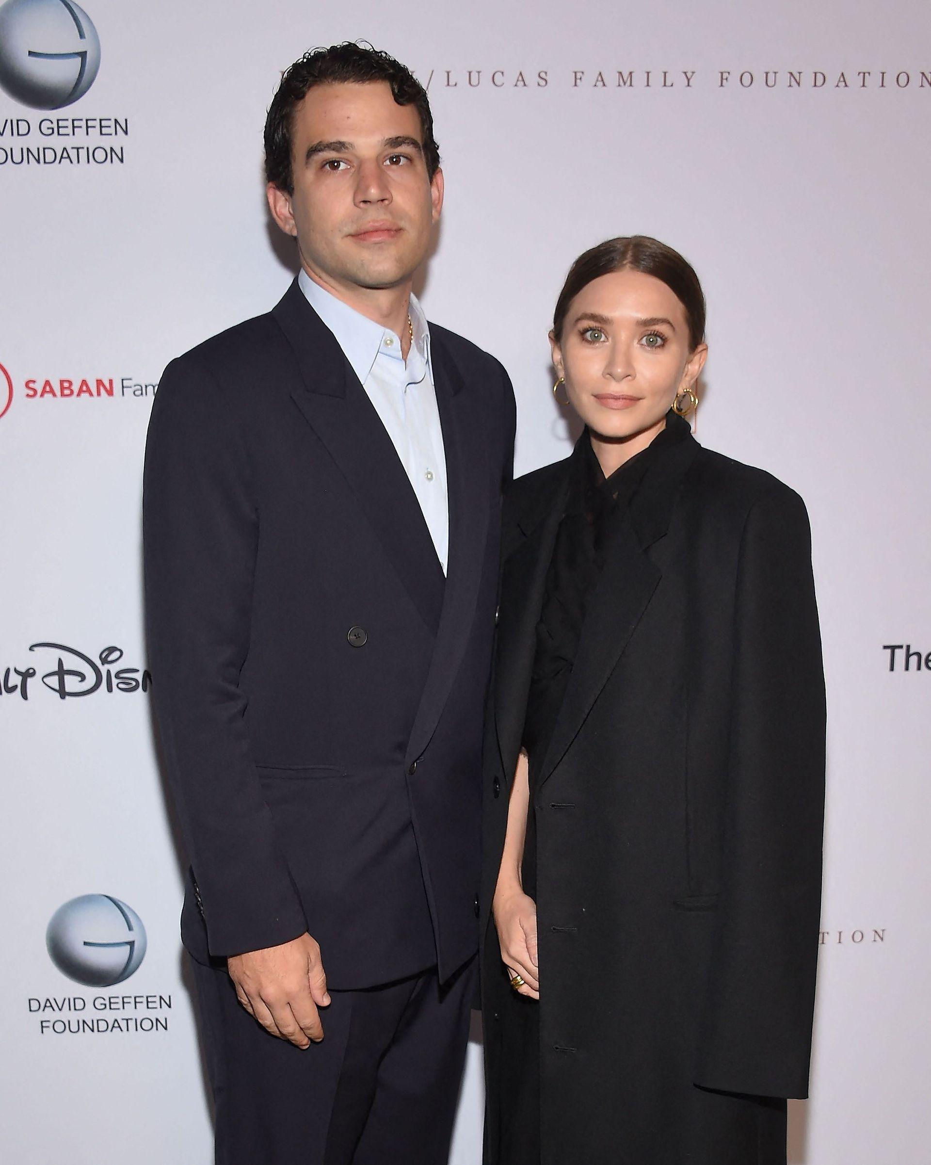 Ashley Olsen y su novio Louis Eisner durante el vigésimo aniversario del Young Eisner Scholars