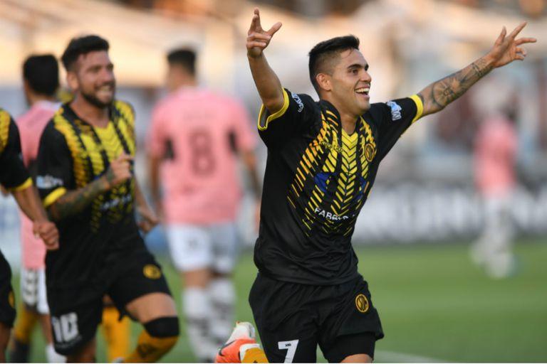 Celebra Distaulo, autor del 1-0 de Deportivo Madryn para la victoria sobre Platense en Caseros