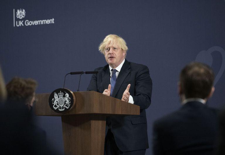 El primer ministro británico, Boris Johnson, ofrece un discurso sobre los planes para el país, durante una visita al Centro británico de Industrialización de Baterías en Coventry, Inglaterra, el jueves 15 de julio de 2021. (David Rose/Pool Foto via AP)