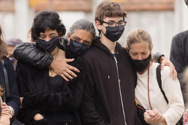 Desconsolado, Yaco, su ex pareja, abraza a sus hijos y a su actual mujer, la cocinera Chantal Abad.