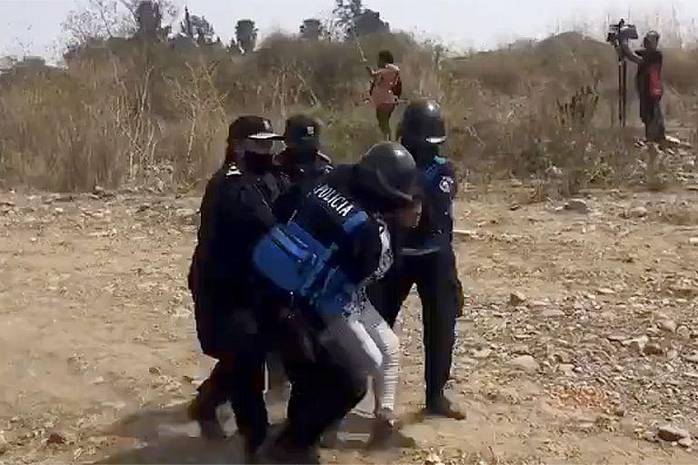 El desalojo ordenado por la Justicia se realizó ante la presencia de legisladores opositores al gobierno de Gerardo Morales; los detenidos fueron liberados