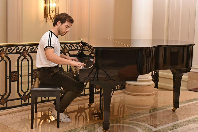 """""""No sé cómo explicarlo, pero cuando empiezo a tocar siento que todo fluye, que mis manos de alguna manera se mueven de manera muy natural"""", dice Fernando tras descubrir hace poco su amor por el piano"""