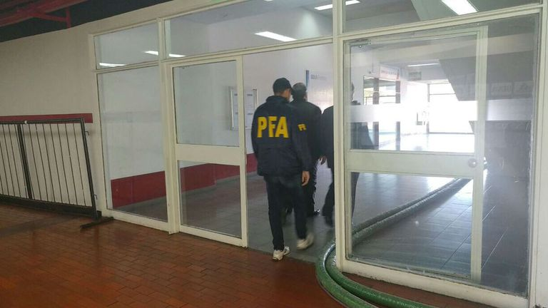 La policía llegó al club y fue a las oficinas del primer piso