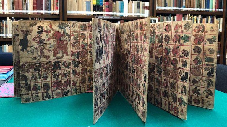 """El códice está pintado en papel amate, de corteza de árbol y se dobla en forma de biombo. Tenía un carácter """"ritual adivinatorio""""."""