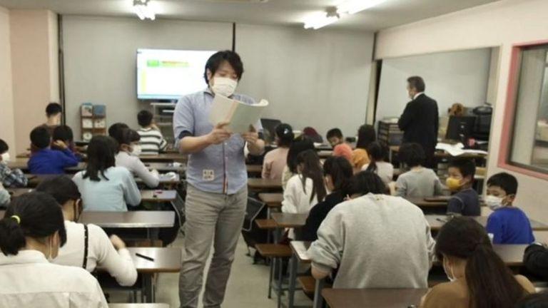 El profesor dicta con rapidez los números a sumar. Los estudiantes hacen cuentas con el ábaco en cuestión de segundos.
