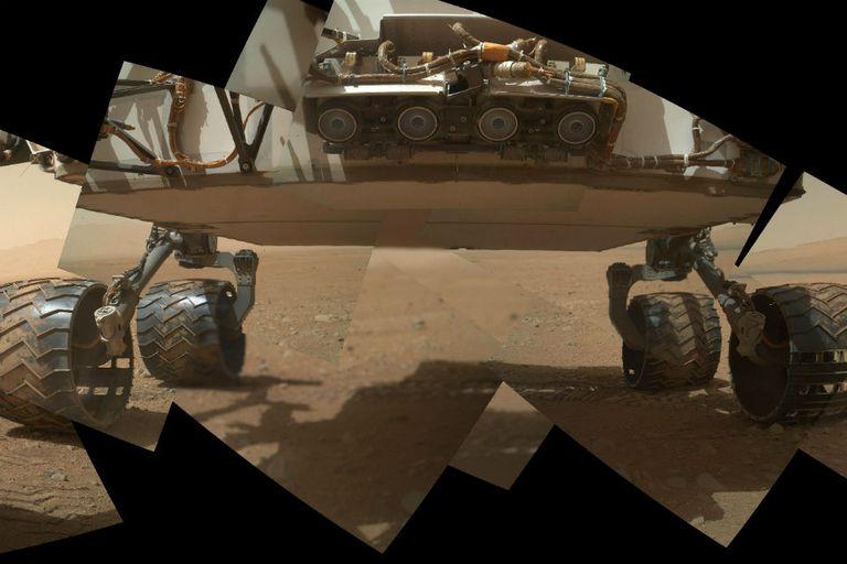 Las ruedas de Curiosity plantadas en el suelo de Marte, a pocas semanas de su arribo