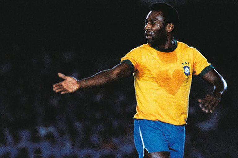 """Pelé, con un """"corazón"""" en la camiseta de Brasil: """"¡amor, amor, amor!"""", exclamó en Instagram, en medio de su delicado estado de salud."""