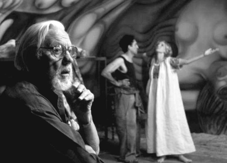 """Héctor Olivera en ensayo de """"El mural"""", con Bruno Bichir y Carla Peterson."""