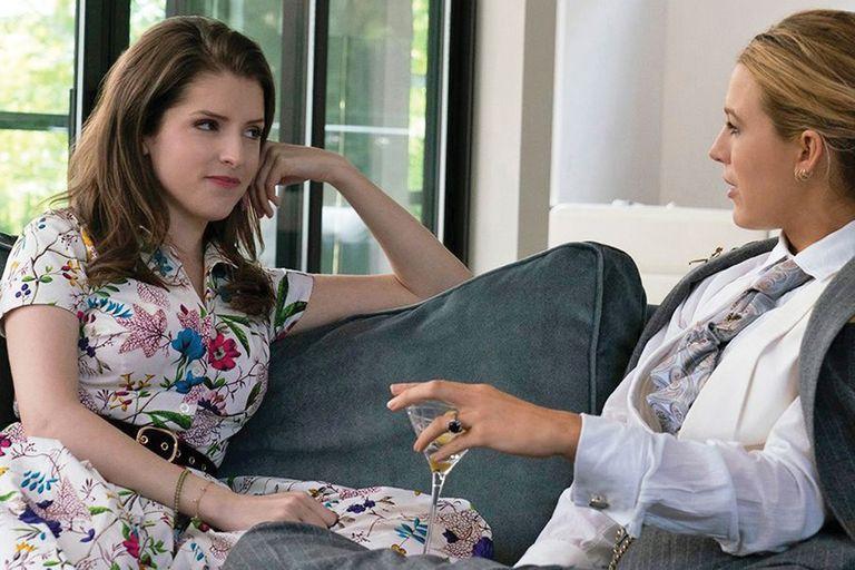 Anna Kendrick con Blake Lively en Un pequeño favor, uno de los últimos títulos que se sumaron al top 10 de Netflix