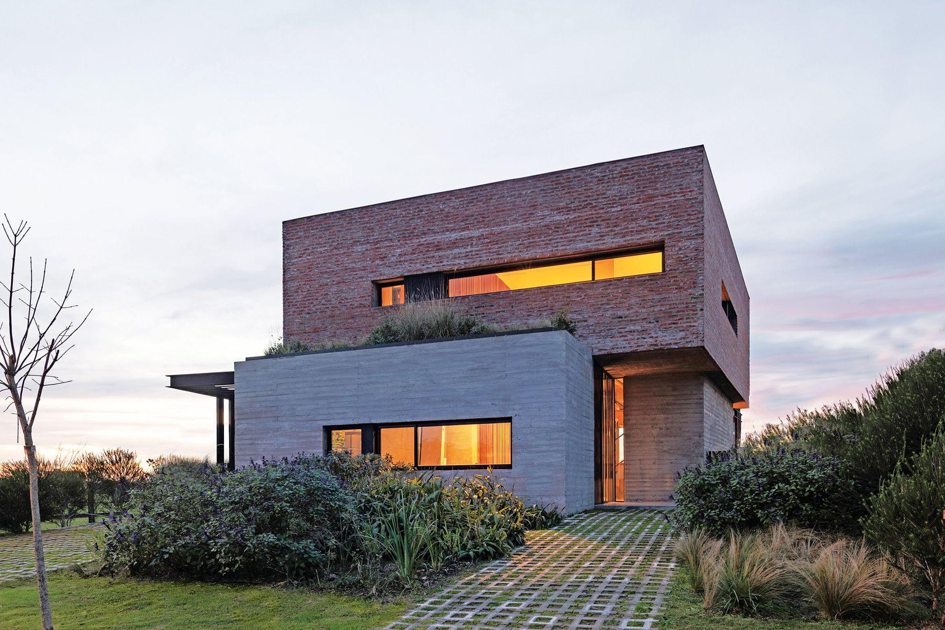Además de llevar el paisaje al primer piso, la cubierta natural actúa como aislante térmico.