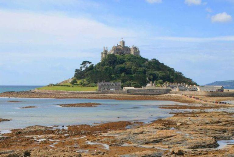 El castillo se ubica en una pequeña isla al suroeste de Inglaterra.