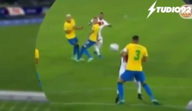 Remate desde afuera del área y la pelota da en el codo de Thiago Silva (Brasil), pero el árbitro Roberto Tobar no cobró penal para Perú ni lo fue a revisar en el VAR