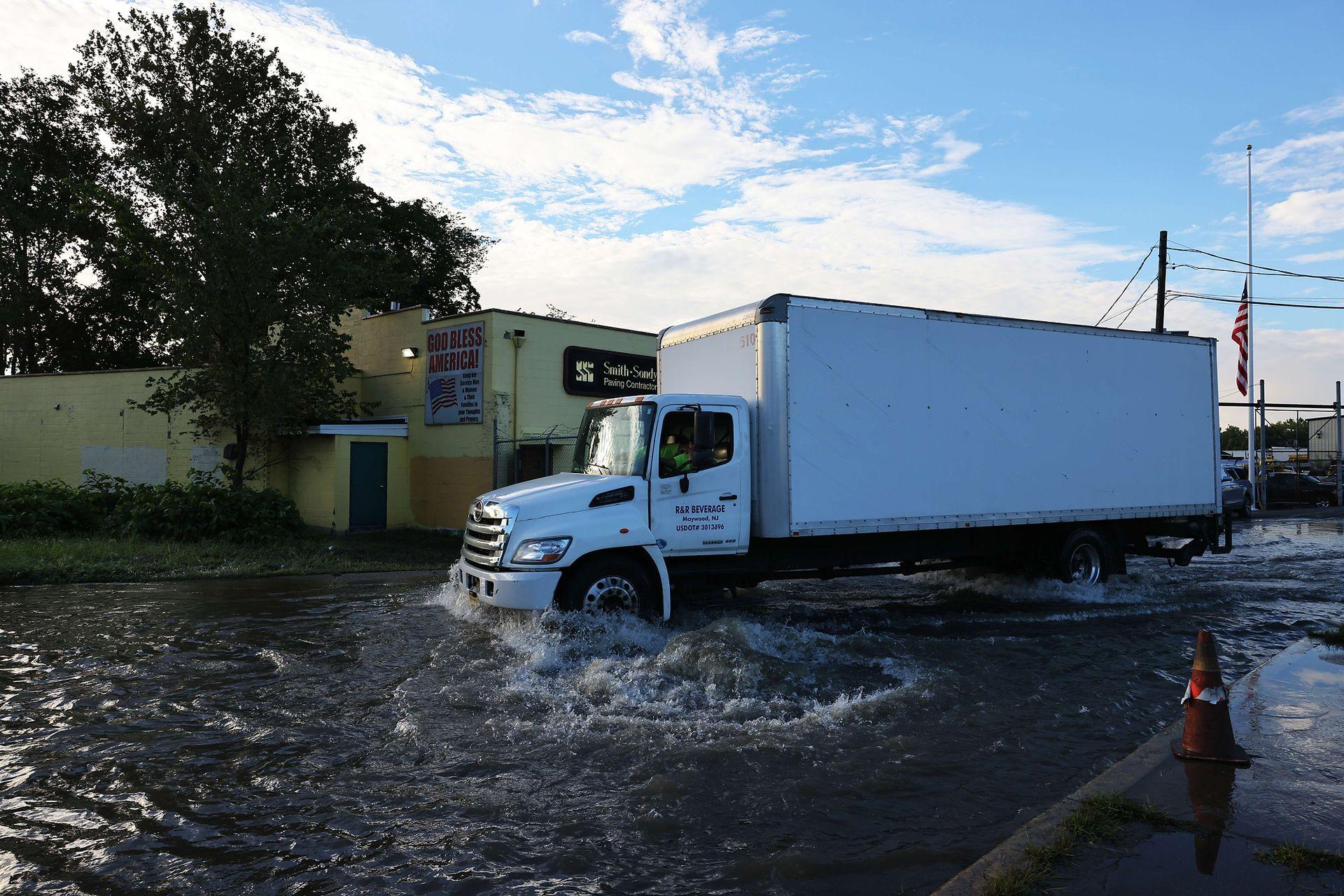 El agua baja lentamente y aún hay calles por las que es muy complidado transitar
