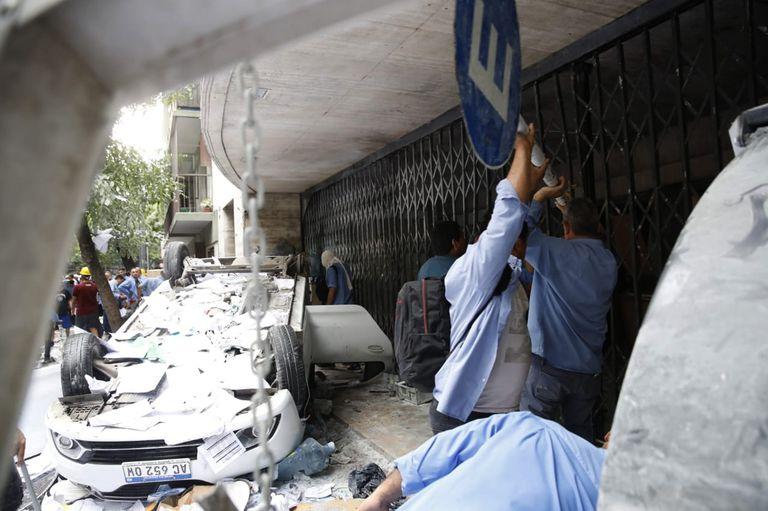 Violento enfrentamiento en el sindicato de colectiveros, destrozaron la sede de la UTA; hubo 11 heridos y un detenido