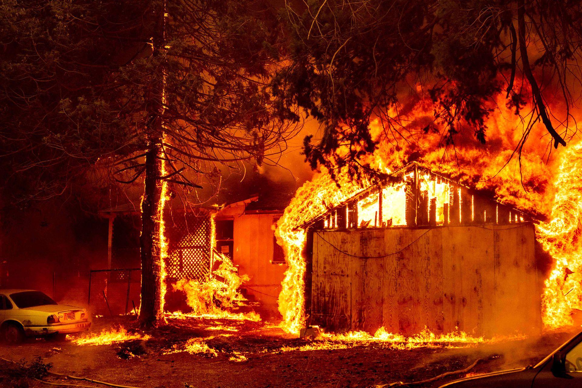 Una casa envuelta en llamas mientras el incendio de Dixie continúa en Greenville
