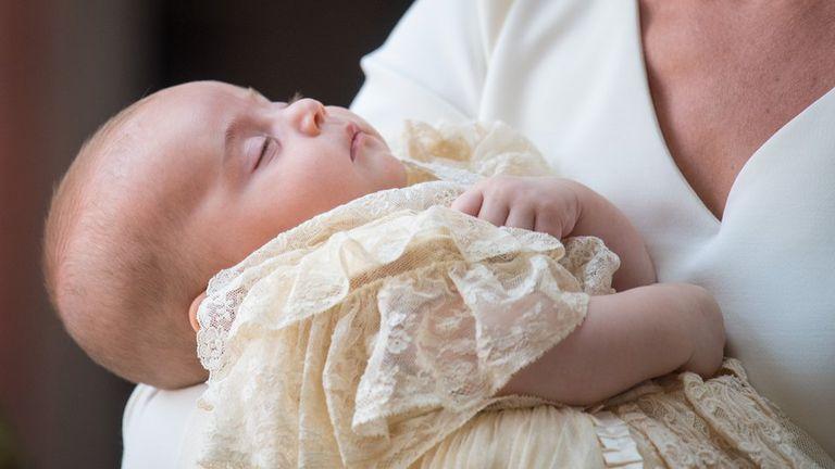 El príncipe Luis, hijo del príncipe William y la duquesa de Cambridge, usó la réplica del vestido de bautizo en 2018.