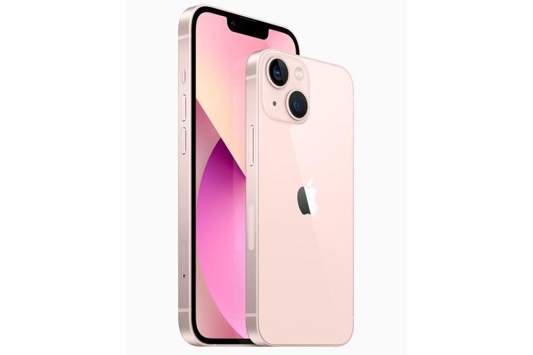 """Los dos tamaños del nuevo iPhone 13: el """"normal"""" con pantalla de 6,1 pulgadas, y el mini, con pantalla de 5,4 pulgadas"""