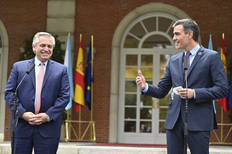 Alberto Ferández y Pedro Sánchez, en el Palacio de la Moncloa en Madrid, el martes 11 de mayo de 2021. (Gabriel Bouys/Pool vía AP)
