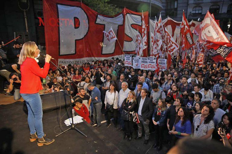 Myriam Bregman, Nicolás del Caño, Romina del Pla y el resto de los referentes de la izquierda cerraron la campaña frente al consulado de Chile