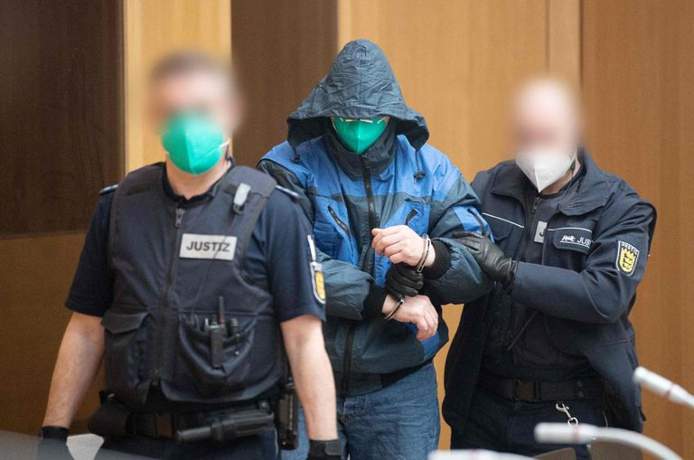 Uno de los acusados de la banda Gruppe S es escoltado hacia el banquillo