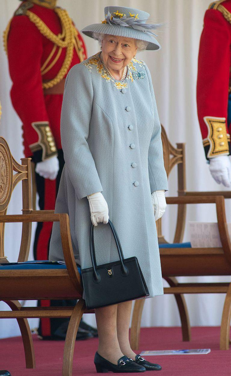 Isabel II lució un abrigo gris paloma y un sombrero