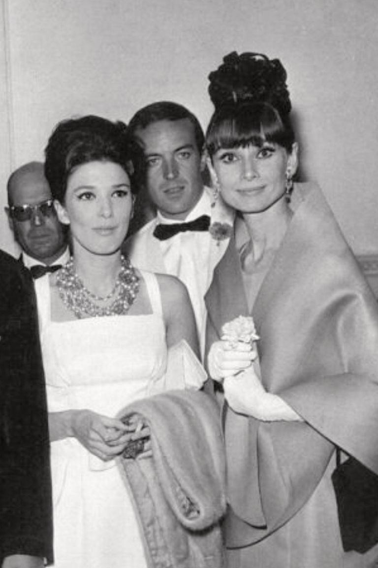 Con Audrey Hepburn en San Sebastián, con quien unos días después celebró su cumpleaños número 23 en Biarritz. En esa comida también estuvieron el torero español Luis Miguel Dominguín y la actriz Deborah Kerr, entre otras celebridades